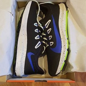 New in box nike quest 2 SE running shoes sneakers